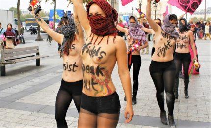 Femen in azione a Parigi vestite da vigili del fuoco