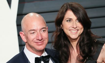 """Bezos conclude il divorzio, alla signora """"Amazon"""" andranno 38 miliardi di dollari"""