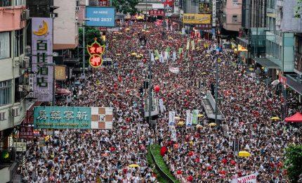 Quattrocento mila in piazza a Hong Kong, scontri e lacrimogeni dopo il maxi-corteo