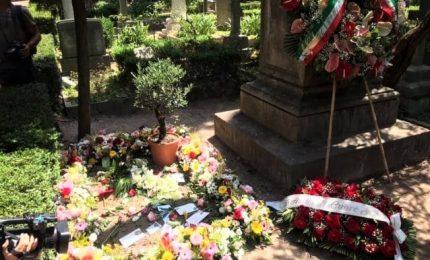 """Cimitero Acattolico, la folla per l'ultimo saluto a Camilleri. C'è anche """"Montalbano"""""""