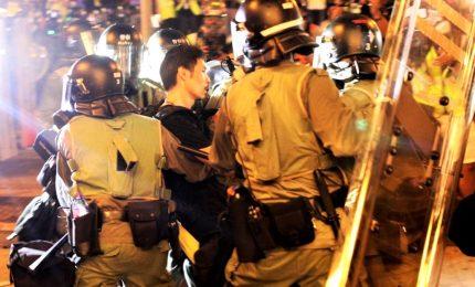 Hong Kong, attacco a stazione di Yuen Long. Polizia  accusata di collusione con le Triadi