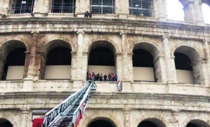 """Sale su Colosseo per protesta: """"I saltafile? Vanno regolamentati"""""""