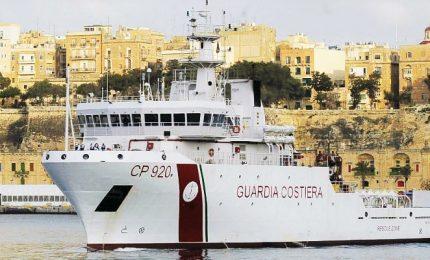 La nave Gregoretti in porto ad Augusta, migranti ancora a bordo