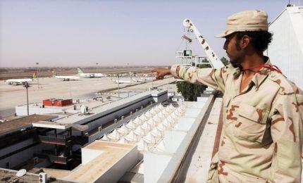 Missili su aeroporto di Tripoli, voli sospesi