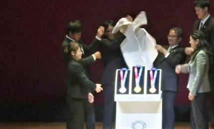 Tokyo 2020, premier giapponese presenta le medaglie