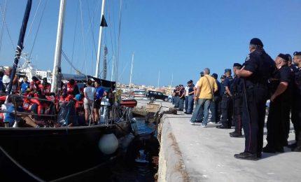 Alex attracca a Lampedusa: migranti sbarcano, comandante indagato e nave sequestrata