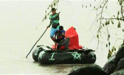 Migranti, zattere e canotti per raggiungere il Messico