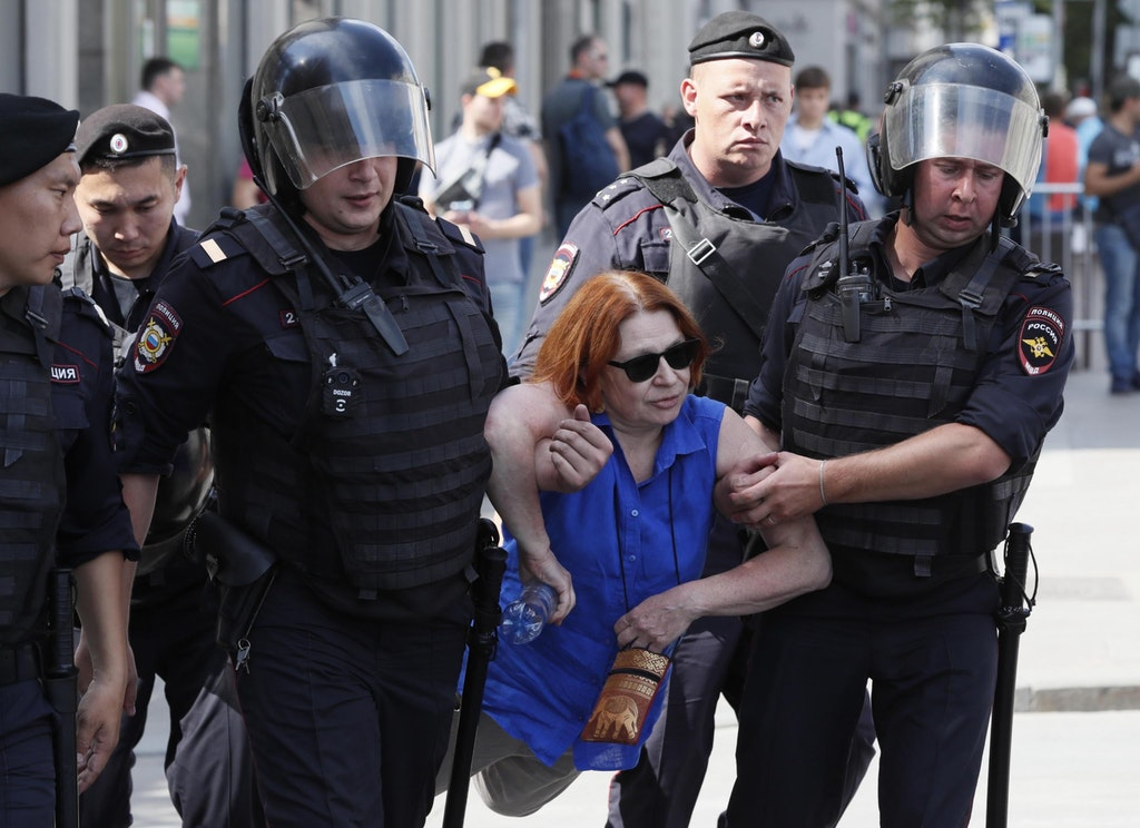 Mosca, oltre mille arresti alle proteste anti-Putin. Municipio blindato