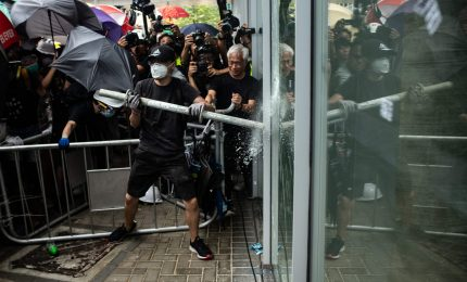 Occupata aula del parlamento a Hong Kong. Governo accusa: usata violenza estrema