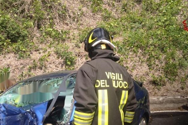 Auto travolta da un treno nel Varesotto, due morti