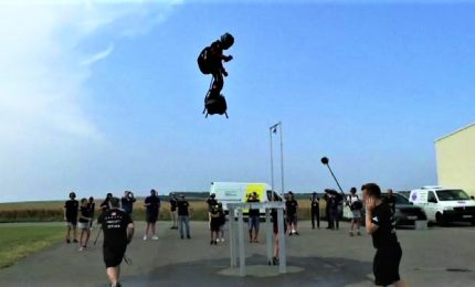 Uomo volante Franky Zapata prepara la traversata Manica
