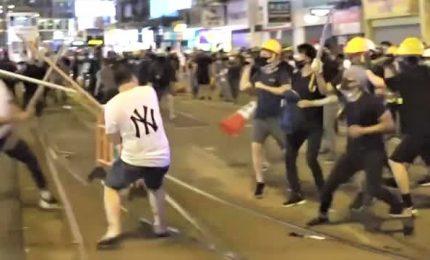 Hong Kong, bande armate di bastoni attaccano manifestanti