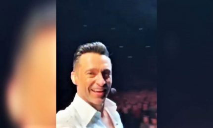 L'urlo di Hugh Jackman e i suoi 15mila fan per Olivia Newton-John