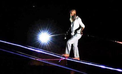 Il funambolo cammina sul cavo luminoso sopra Civita di Bagnoregio