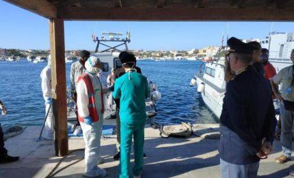 Open Arms, 5 migranti si gettano in mare ma vengono recuperati