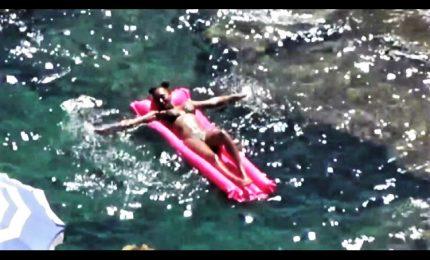 Relax a Capri per Mel B, la Spice Girl avvistata con micro bikini