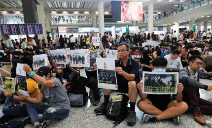 Tensione a Hong Kong, Cina perde la pazienza ed evoca terrorismo. Occupato l'aeroporto