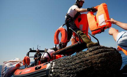Mare mosso e tensioni a bordo, 503 ancora senza 'porto sicuro'. Una famiglia evacuata con ok del Viminale
