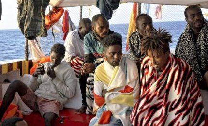 Stallo Open Arms, nave in acque italiane ma stop a sbarco. A terra solo nove migranti per cure mediche