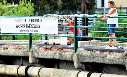 Crollo ponte Morandi, l'abbraccio di Genova ai familiari delle vittime