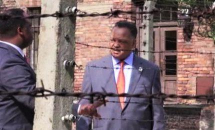Il reverendo Jesse Jackson in visita ad Auschwitz