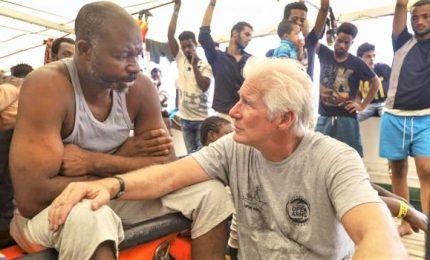 Richard Gere a bordo della Open Arms, la star porta acqua e tanto cibo