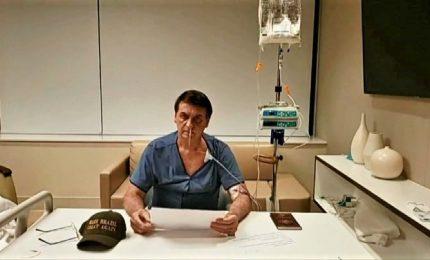 Bolsonaro commosso sui social, si mostra con la flebo in ospedale