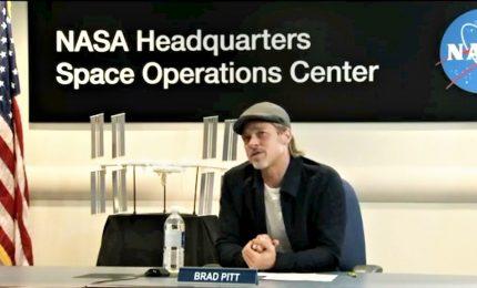 "Brad Pitt all'astronauta Hague: ""Sono meglio io o Clooney?"""