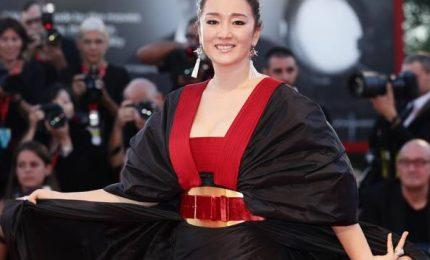 Gong Li sfila con l'abito-kimono e strega la Mostra
