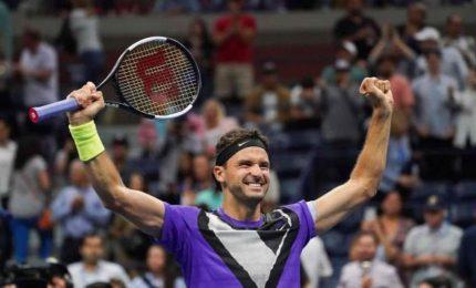 Schiena tradisce Federer, Dimitrov avanti