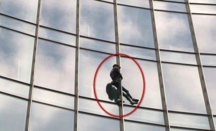 Scala grattacielo a Francoforte, arrestato lo Spiderman francese