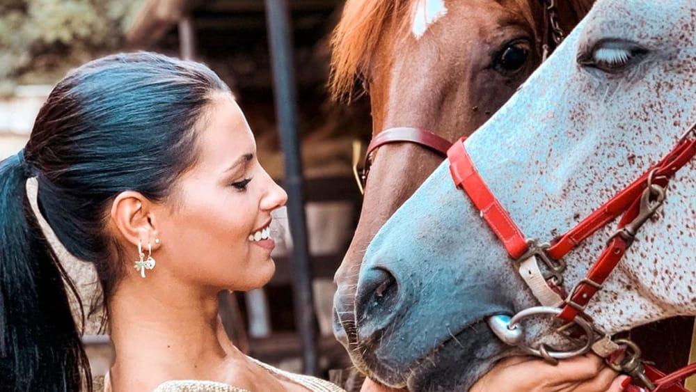 Stregati dagli occhi verdi di Carolina Stramare, la Miss Italia che sussurra ai cavalli