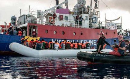 Migranti, la Eleonore forza il divieto di ingresso. Gdf sequesta la nave