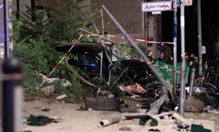 Auto piomba sulla folla a Berlino, 4 morti fra cui un neonato. Escluso atto terroristico