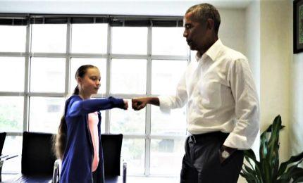 """Il """"bump"""" tra Greta e Obama: """"Siamo una squadra"""""""