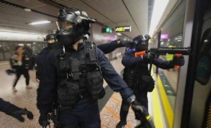 Hong Kong, manifestanti prendono di mira metropolitana