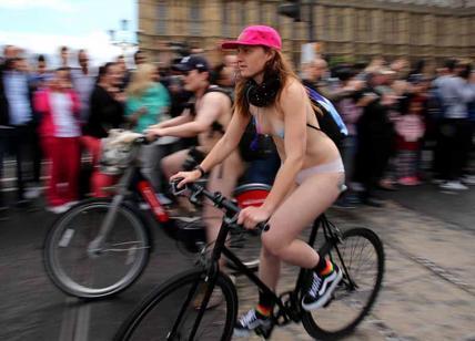 Tutti nudi in bici per il clima, la protesta a Parigi