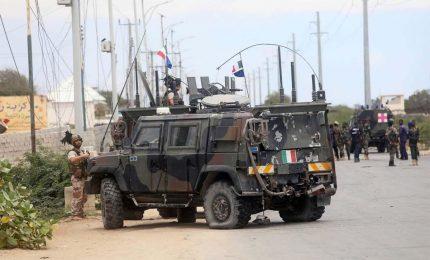 Mogadiscio, 1 morto e 2 feriti per 2 attacchi. Illesi i militari italiani presi di mira