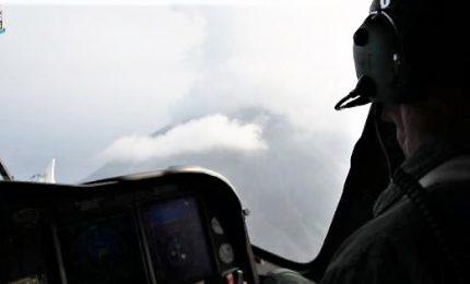 Stromboli, l'eruzione vista dall'elicottero dell'Aeronautica