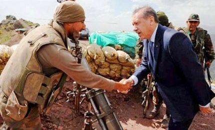 Ankara avanza nel Rojava, oltre 130 mila gli sfollati fuggiti dalle loro case. Famiglie dell'Isis in fuga dalla Siria
