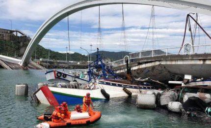 Ponte di 140 metri crolla su alcuni pescherecci a Nanfangao