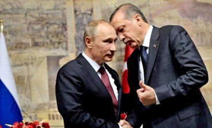 """Cresce la tensione in Siria, Russia annuncia """"negoziati in corso"""" tra Ankara e Damasco"""