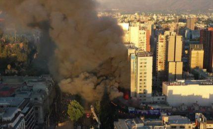 Santiago brucia, violenti scontri in Cile: a fuoco negozi e metro