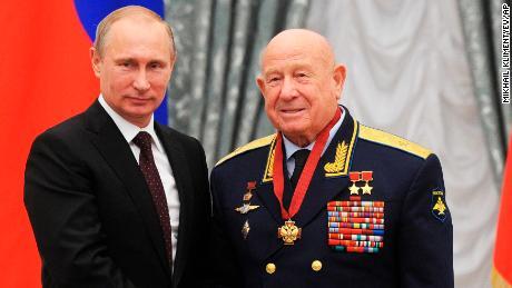 Addio a Leonov, il primo uomo a compiere la passeggiata spaziale