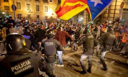 Barcellona, 350mila in piazza a difesa degli indipendentisti. Arresti e feriti