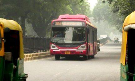 """India, bus gratis per le donne a Delhi con il """"biglietto rosa"""""""