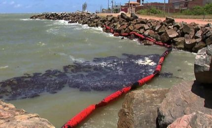 In Brasile misteriose chiazze di petrolio su centinaia di spiagge