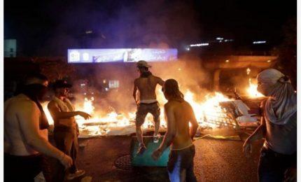 Libano, rivolta contro tassa su Whatsapp: migliaia in piazza