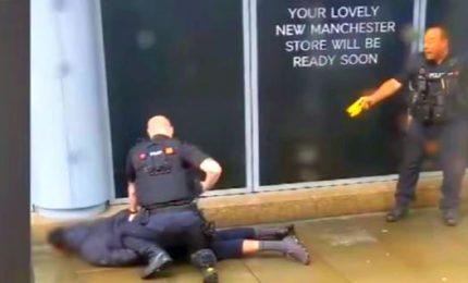Manchester, accoltella 5 persone in un centro commerciale. L'uomo arrestato per terrorismo