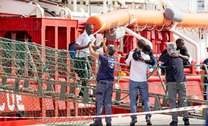 I migranti sbarcano a Pozzallo, due bimbi i primi a sbarcare